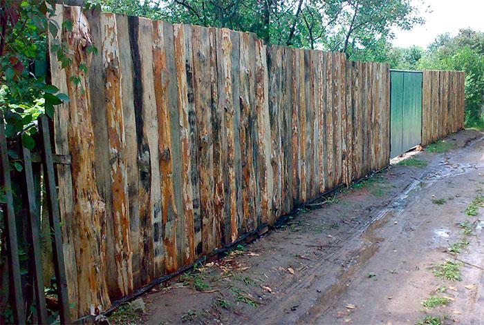 Ограждение территории дачи деревянным забором