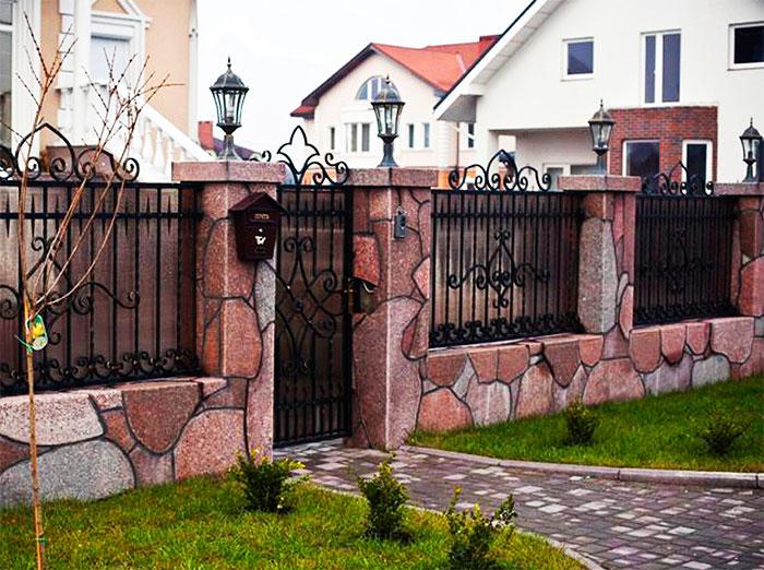 Забор из камня с коваными секциями