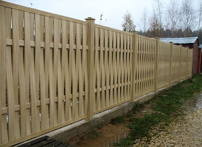 Вертикальный плетеный забор из доски