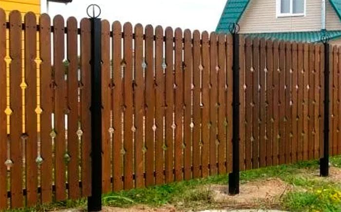 Забор из полукруглого штакетника с металлическими столбами