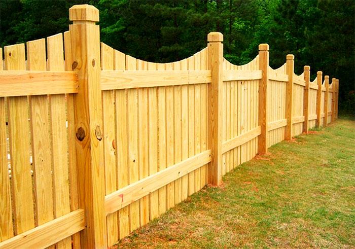 Забор из доски со столбами из бруса