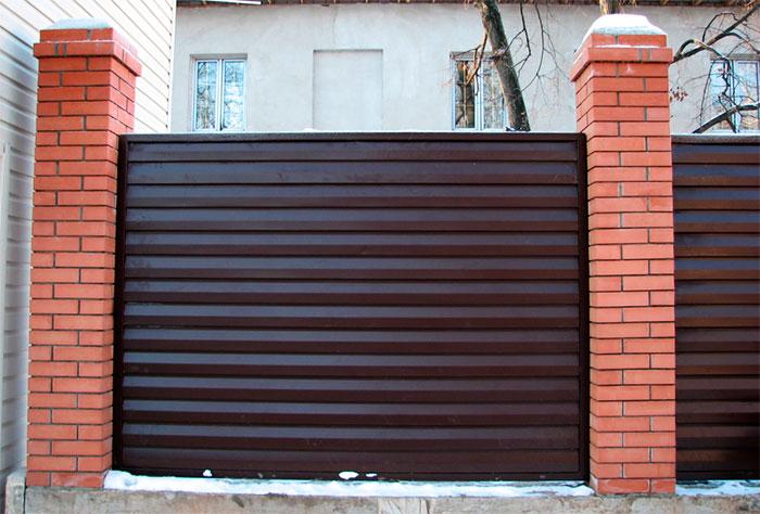 Забор из сайдинга с кирпичными столбами