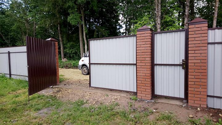 Калитка и ворота с кирпичными столбами