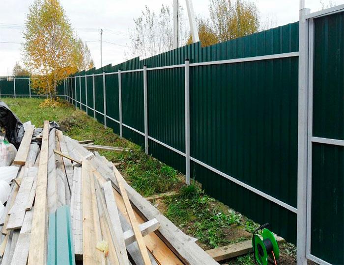 Зеленый забор из профильного листа