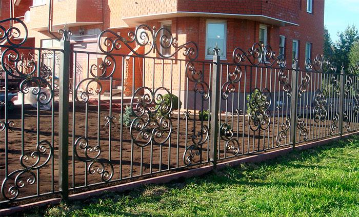 Кованый забор на металлических столбах