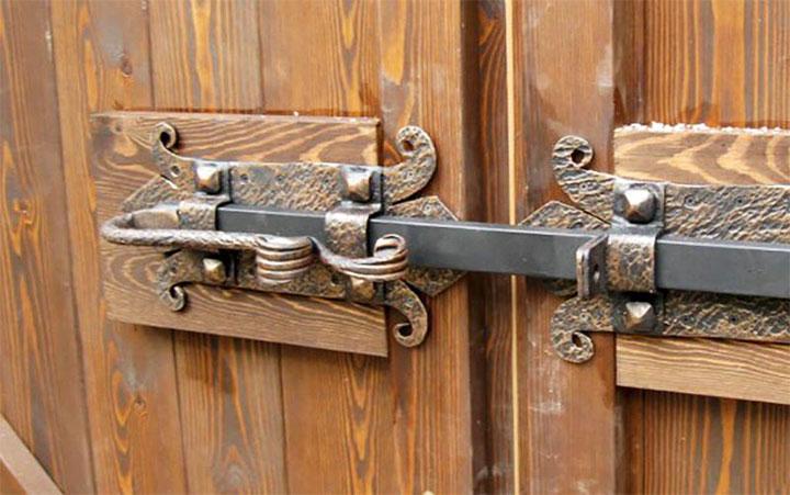 Кованый засов на ворота
