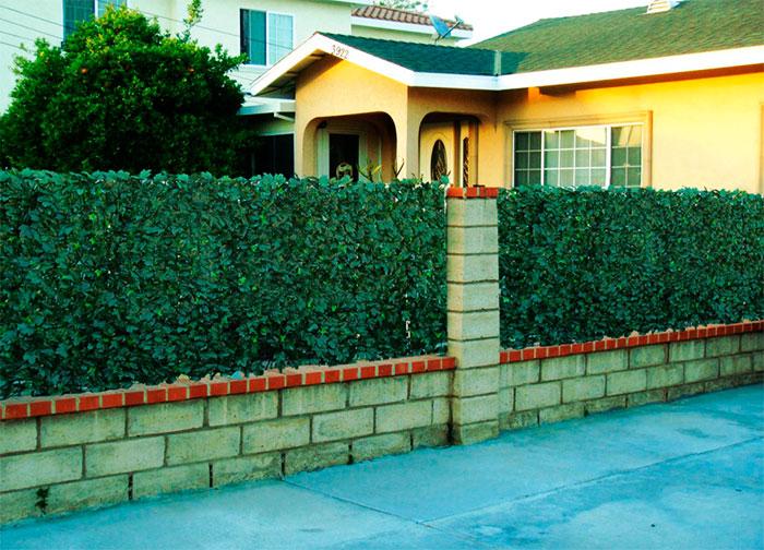 Ограда из блоков и маскировочной сетки