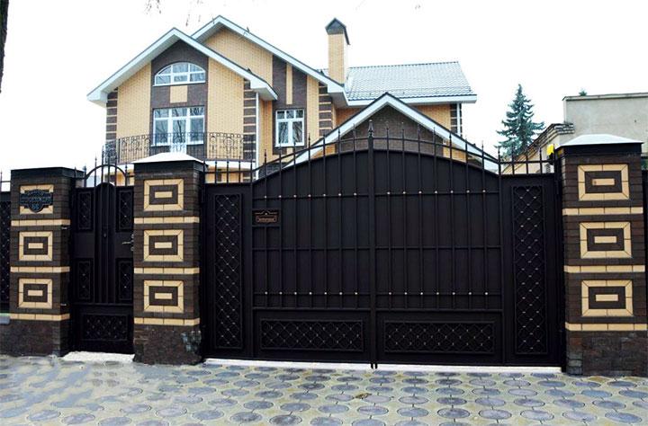 Металлические ворота с кирпичными столбами