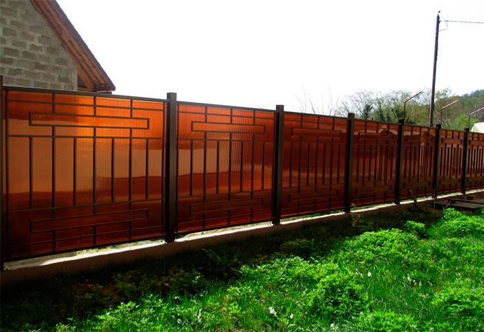 Металлический забор закрытый листами поликарбоната