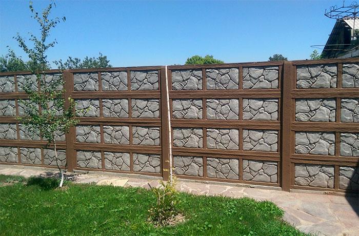 Каменный забор с деревянным каркасом
