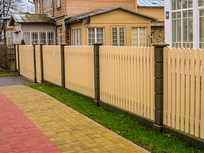 Вертикальный забор из штакетника