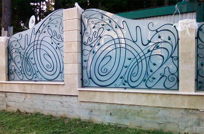 Ограда со стеклянными секциями