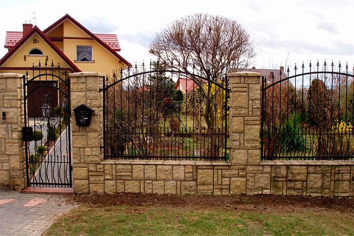Забор из камня и кованых секций