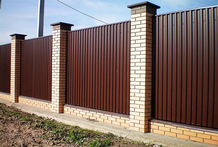 Комбинированный забор из кирпича и профлиста