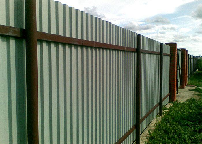 Забор из профлиста на металлическом каркасе