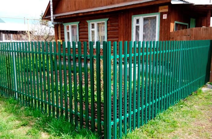Забор из зеленого металлического штакетника