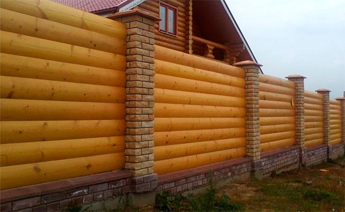 Комбинированный забор: столбы из рваного кирпича, секции из сайдинга