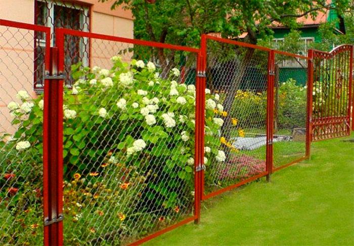 Забор из секций с сеткой рабица