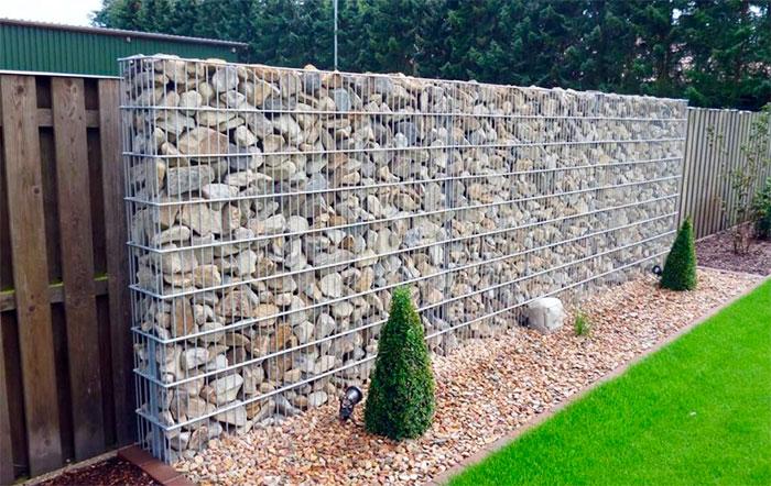 Сетка с камнями в ландшафтном дизайне сада