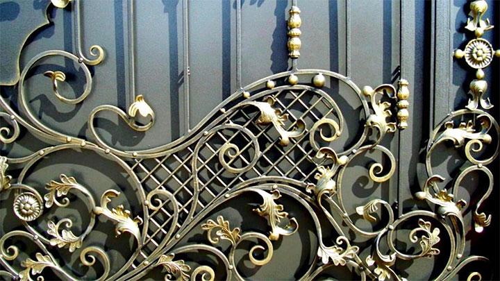 Декорирование ворот элементами ковки