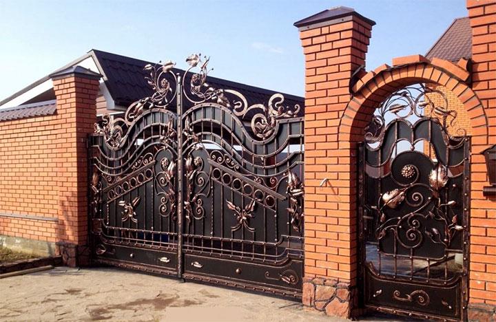 Кирпичный забор с коваными воротами и калиткой