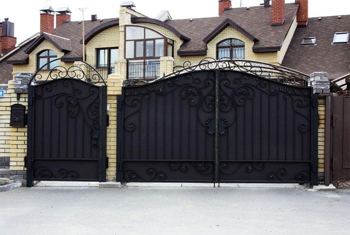 Дом с металлическими воротами