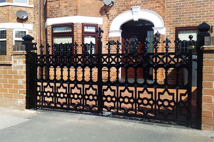 Кованые ворота в готическом стиле