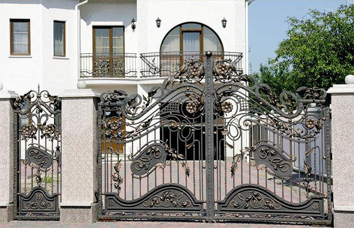 Кованые ворота в одном стиле с калиткой