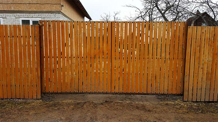 Ворота и забор из деревянного штакетника