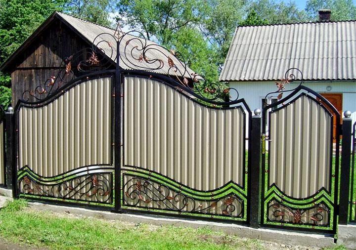 Ворота из профлиста с ковкой