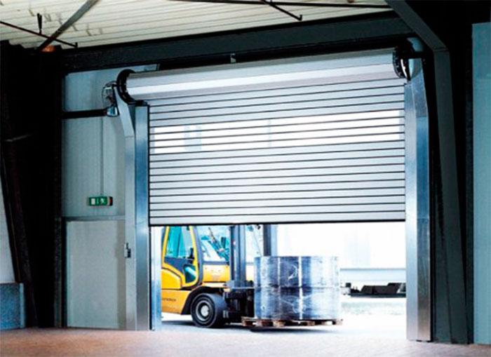 Рулонный ворота в гаражном помещении