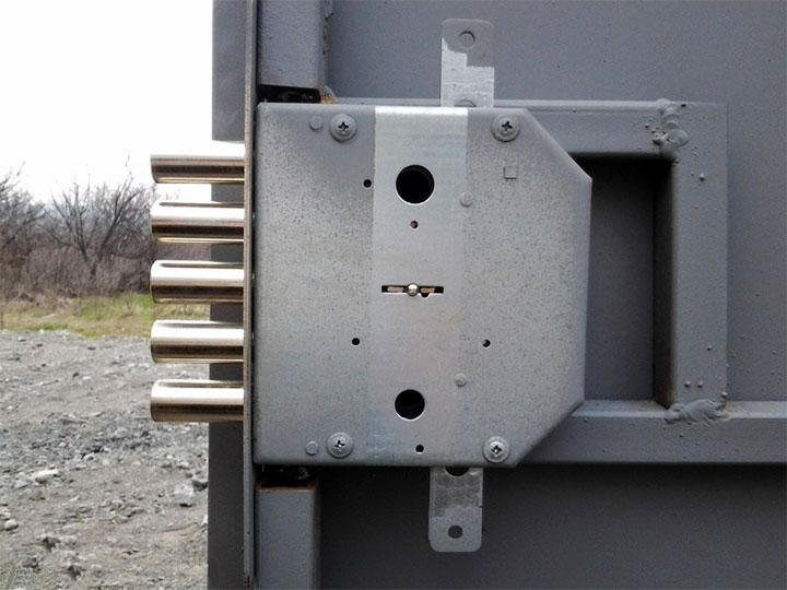 Сувальдный замок на металлическую дверь