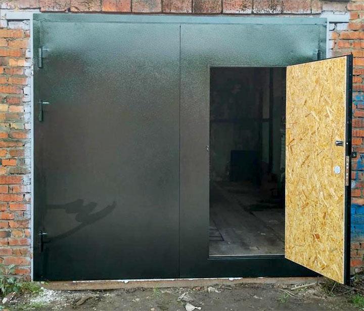 Недавно покрашенные гаражные ворота