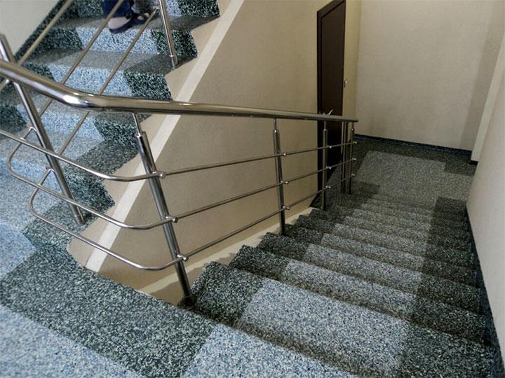 Межэтажная лестница в подъезде дома