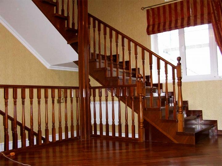Межэтажная лестница из дерева