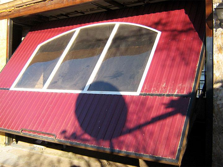 Подъемные ворота с окном