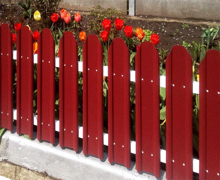 Декоративная ограда для клумбы из евроштакетника