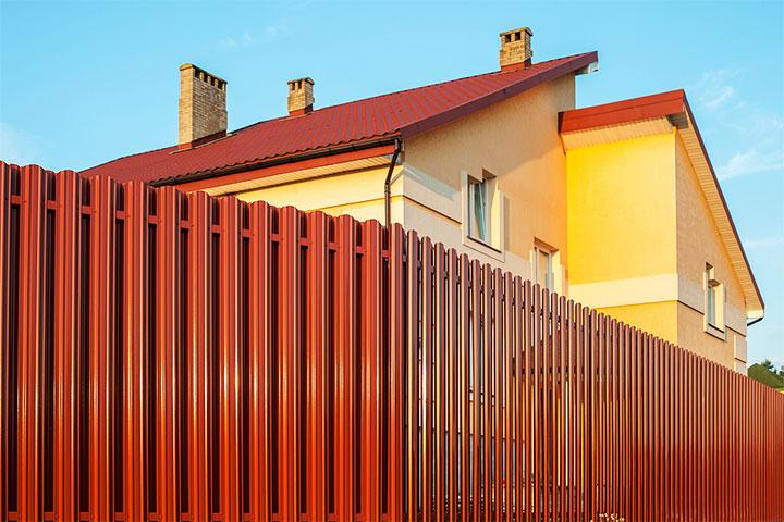 Двухрядный забор из металлического штакетника