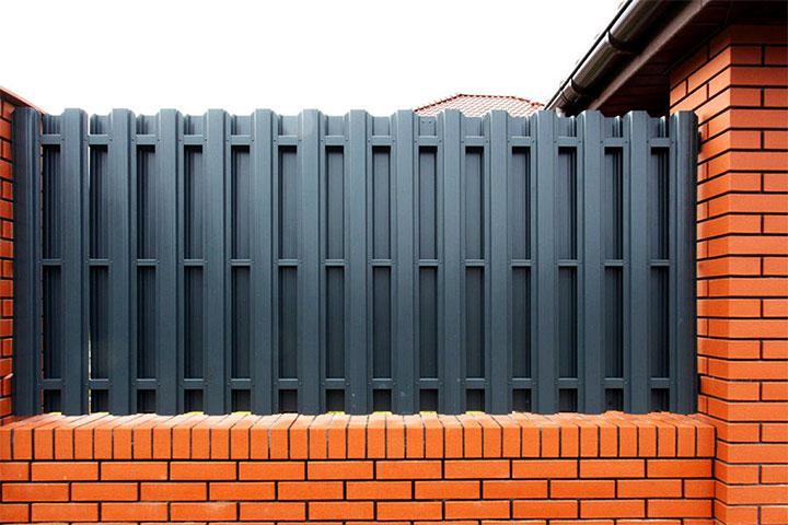 Кирпичный забор с пролетами из евроштакета