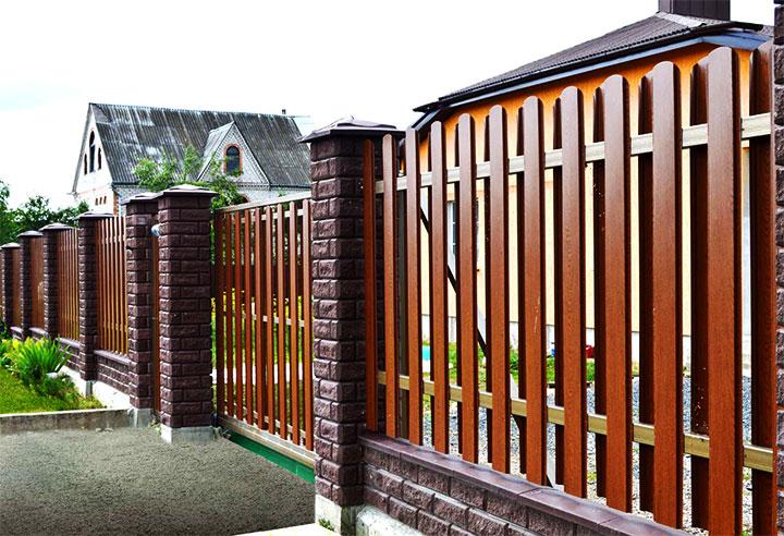 Комбинированный забор из кирпича и металлоштакетника