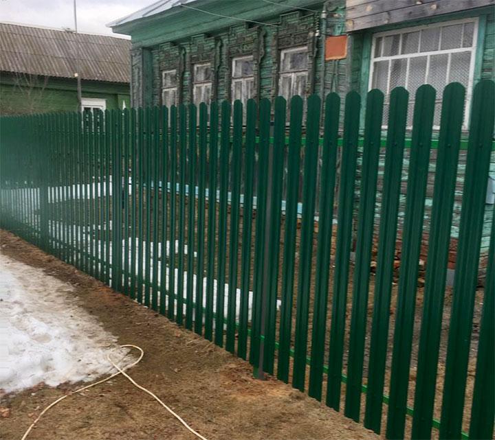 Металлическая ограда из зеленого штакетника