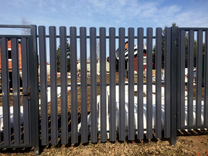 Металлический забор из штакетника