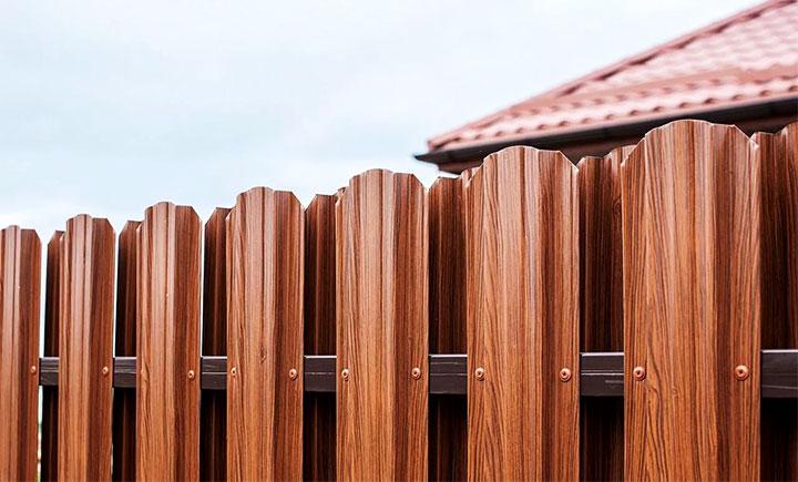 Двухсторонний забор из металлоштакетника