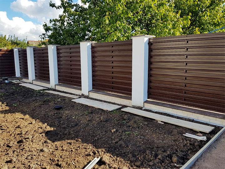 Ограда с горизонтальным расположением штакетника