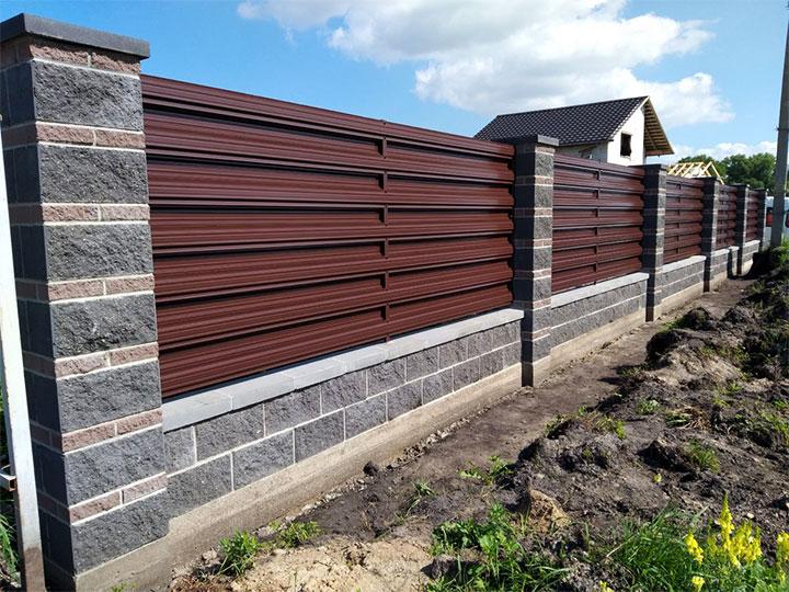 Ограда с пролетами из евроштакетника