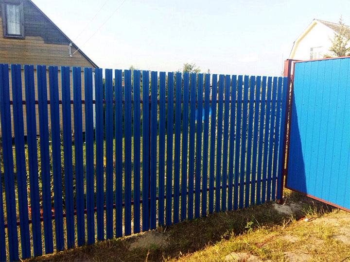 Забор из синего штакетника