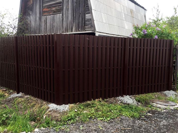 Сплошной забор из металлоштакетника