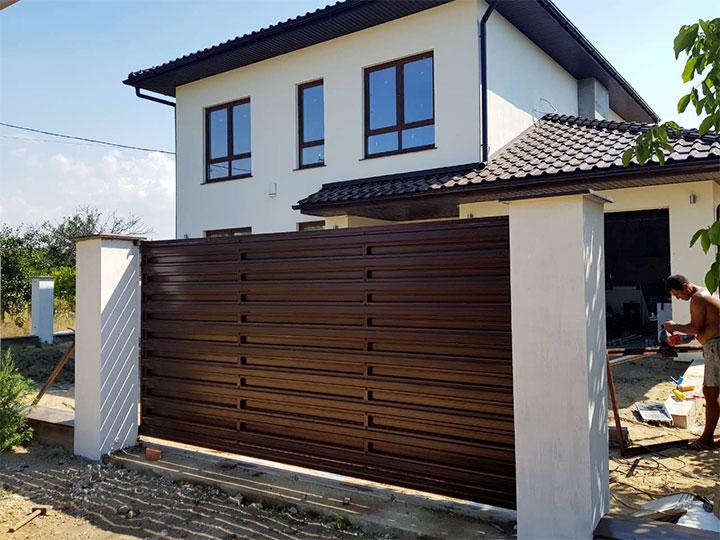 Уличный забор из металлического штакетника