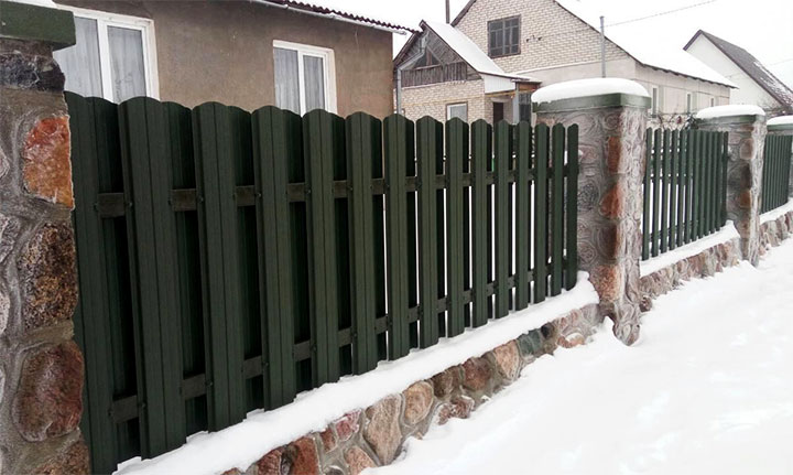 Забор из евроштакетника с каменными столбами