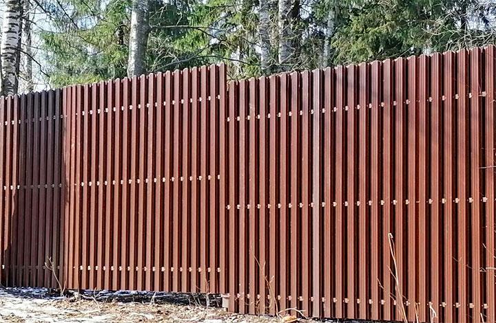 Забор установленный под уклоном